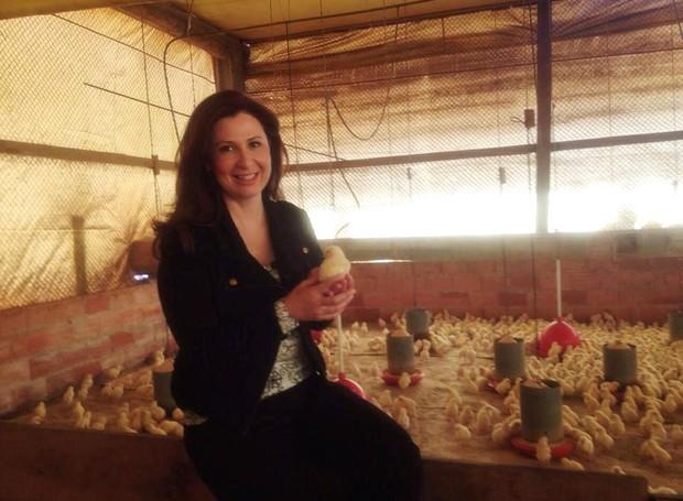 Repórter Kíria Meurer vai mostrar no programa como frangos são criados (Foto: RBS TV/Divulgação)