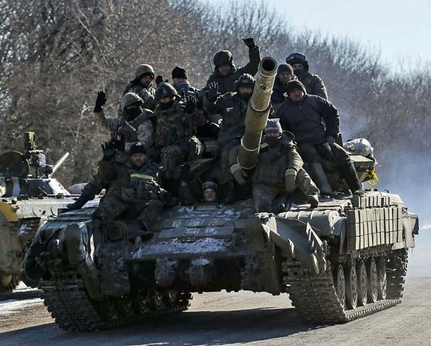 Soldados ucranianos deixam região de Debaltseve nesta quarta (18) (Foto: Gleb Garanich/Reuters)