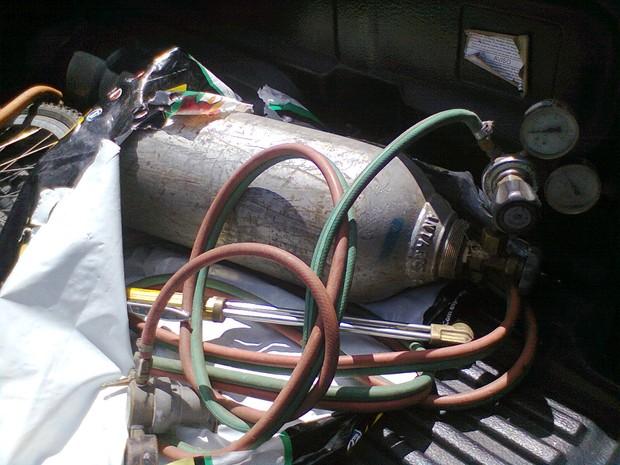 Cilindro de gás e maçarico foram achados numa casa em São Gonçalo (Foto: Divulgação/PM)