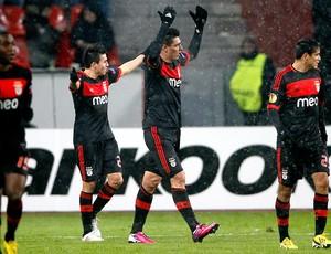 Oscar Cardozo comemora gol do Benfica sobre o Bayer Leverkusen (Foto: Reuters)