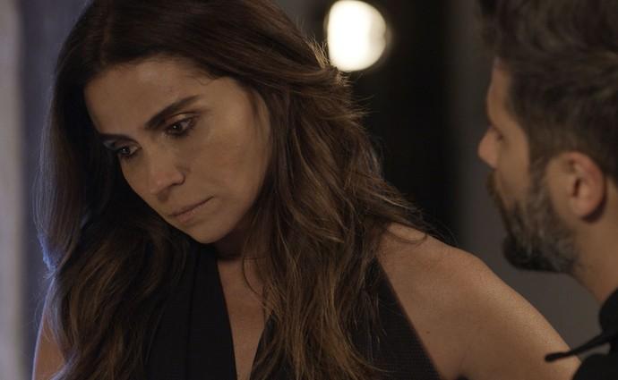 Alice concorda que opinião de César a respeito de Wagner é bem estranha (Foto: TV Globo)