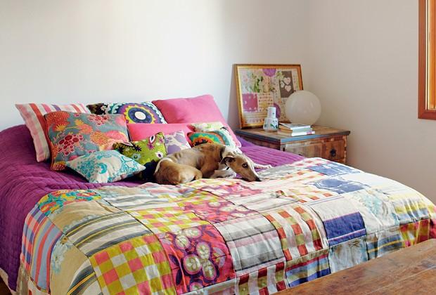 O quarto de Deborah tem criado-mudo de madeira de demolição, da Via Vila, e enxoval da Villa Nova. Aqui, o cão Ziggy se sente em casa (Foto: Victor Affaro)