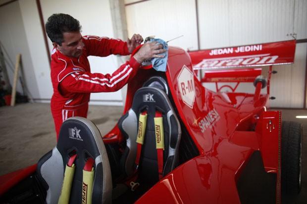 Miso Kuzmanovic cuida com carinho de seu F-1 (Foto: Dado Ruvic/Reuters)