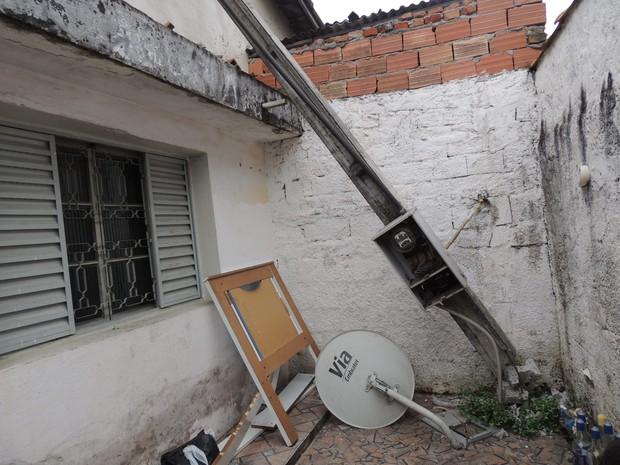 Poste caiu em cima de quarto onde família dormia (Foto: Pedro Carlos Leite/G1)