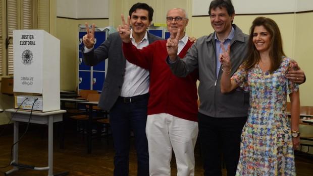 Prefeito de São Paulo, Fernando Haddad, acompanha o vice, Gabriel Chalita, durante votação no primeiro turno das eleições municipais 2016 (Foto: Rovena Rosa/ Agência Brasil)