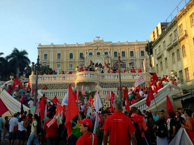 Manifestantes ocuparam a frente do Palácio Anchieta (Foto: Mariana Carvalho/ G1)