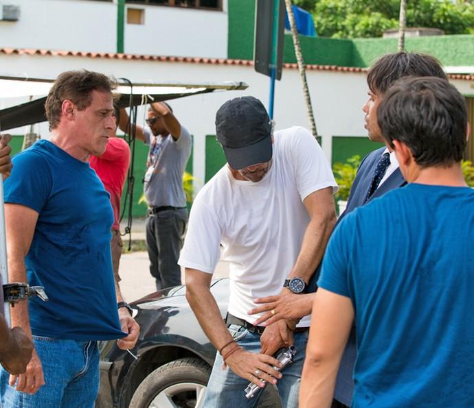 Oscar Magrini atento às instruções para manusear a arma durante as gravações (Foto: Fabiano Battaglin / Gshow)