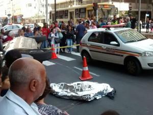 Atropelamento pedestre Centro Juiz de Fora (Foto: Kelly Scoralick/G1)