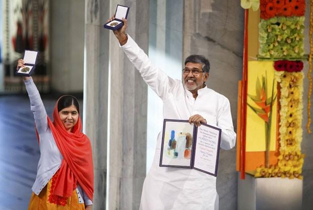 Malala Yousafzai e Kailash Satyarthi comemoram seu prêmio Nobel da Paz nesta quarta-feira (10) em Oslo, na Noruega (Foto: Cornelius Poppe/NTB Scanpix/Reuters)