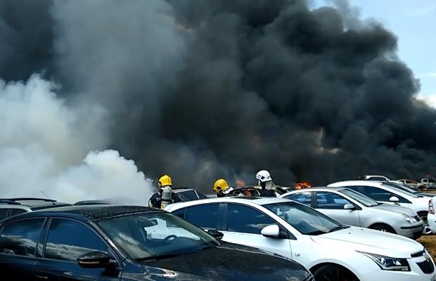 Incêndio destrói cerca de 150 carros no pátio da Receita Federal, em Goiás 4 (Foto: Divulgação/Corpo de Bombeiros)