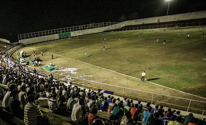 Vavazão tem iluminação precária e gramado ruim (Foto: Fillipe Araújo/ADC)
