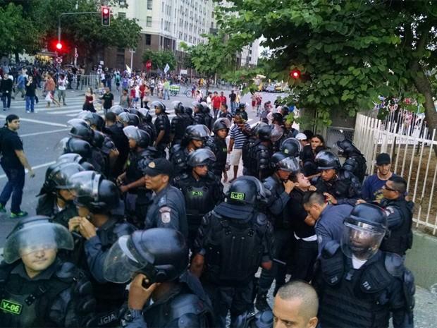 PMs cercam um manifestante (Foto: Leandro Nascimento Farias/Arquivo pessoal)