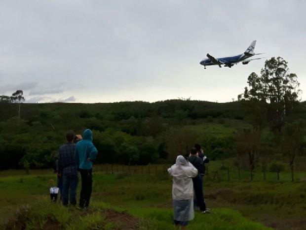 Fãs do Antonov esperam pelo avião nas proximidades da pista em Viracopos (Foto: Murillo Gomes/G1)