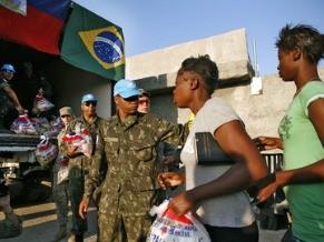 Contigente brasileiro distribui alimentos para população haitiana (Foto: Divulgação/UN Photo/Sophia Paris)