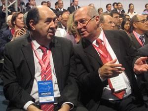 João Rezende, presidente da Anatel, conversa com o ministro Paulo Bernardo na Futurecom (Foto: Lilian Quaino/G1)