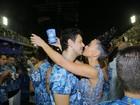 Após desfile Sabrina Sato se diverte, toma cerveja e namora na Sapucaí