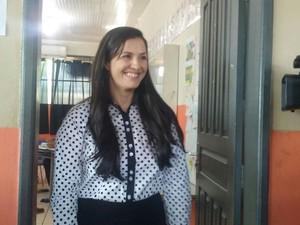 Dia de votação em Vilhena: Candidata Rosani Donadon (PMDB) acabou de votar na Escola Estadual Cecília Meireles. Ela chegou a instituição acompanhada de familiares e assessores (Foto: Aline Lopes/G1)