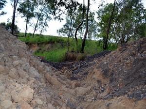 Usina cavou 'trincheira' em entrada de acampamento - Piracicaba (Foto: Thomaz Fernandes/G1)