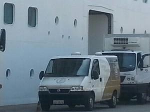 Carro do necrotério da Santa Casa de Santos foi ao porto buscar o corpo (Foto: G1 Santos)