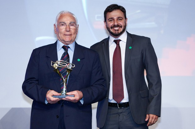 O editor de Autoesporte Diogo Oliveira entrega o prêmio para Toni Bianco, o homenageado do Hall da Fama (Foto: Ricardo Cardoso)