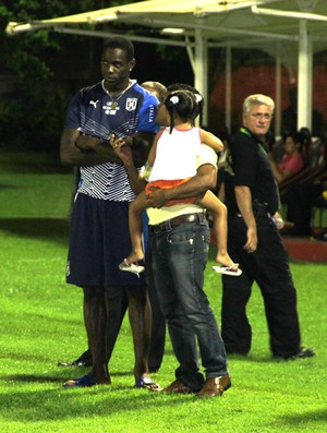 Balotelli recebe visita  projeto social Salvador (Foto: Carlos Augusto Ferrari)