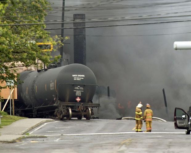 Fumaça é vista em estrada de ferro após trem descarrilar no centro de Lac Megantic, em Quebec, no Canadá (Foto: AP/ Paul Chiasson)