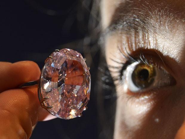 Diamante rosa é ovalado, tem 59,6 quilates e está livre de qualquer impureza. (Foto: Reuters)
