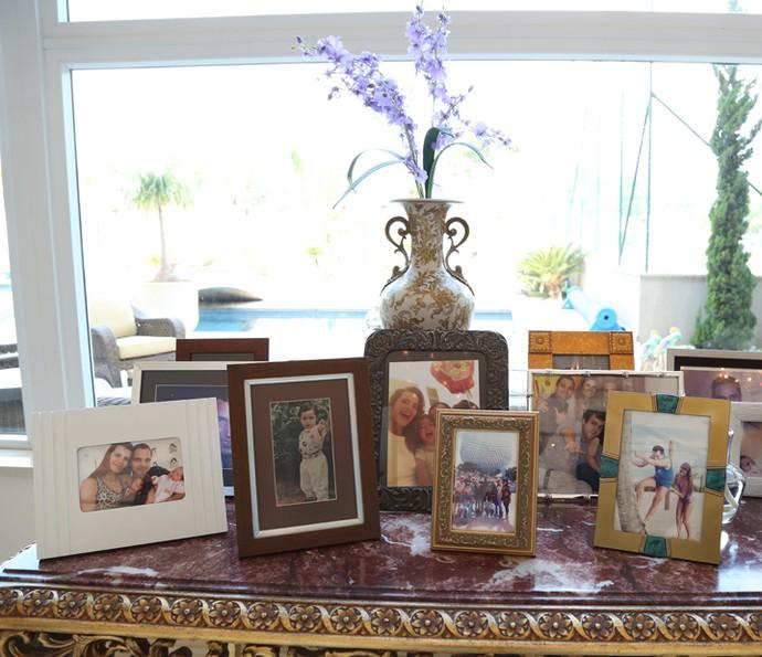 Fotos da família fazem parte da decoração da sala do casal (Foto: Carol Caminha/Gshow)