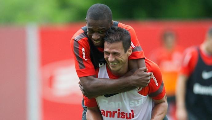 Juan e Índio melhoraram a defesa do Inter  (Foto: Alexandre Lops / Inter, DVG)