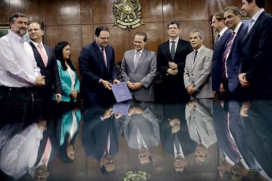 DESGOSTO Nelson Barbosa e Joaquim Levy apresentam o Orçamento de 2016 ao presidente do Senado, Renan Calheiros. Levy queria entregar outro Orçamento, mas perdeu (Foto: Ueslei Marcelino/Reuters)