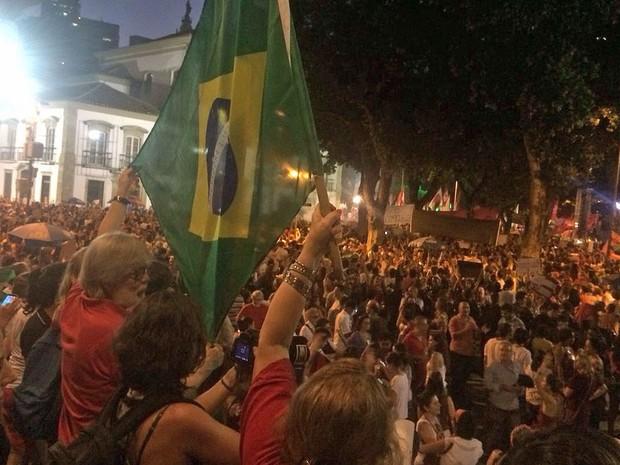 Bandeira do Brasil é erguida durante ato na Praça 15, no Centro do Rio (Foto: Daniel Silveira/G1)