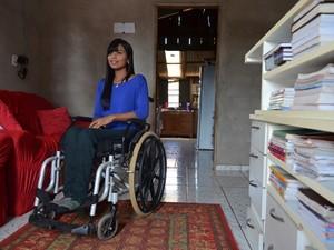Acidente causado por motorista embriagado já deixou muitas pessoas nas condições de Debora, queficou paraplégica aos 16 anos, por imprudência de um motorista alcoolizado (Foto: Jonatas Boni/G1)