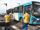 Problema em semáforo causa acidente entre carro e ônibus no ES