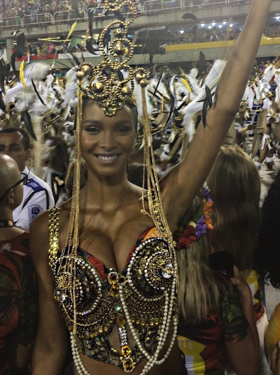 Lais adorou a experiência de passar o Carnaval na Sapucaí e ficou encantada com os desfiles das escolas de samba  (Foto: Divulgação)