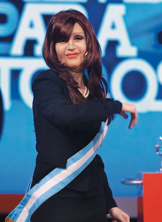 CRISTINA REPROVA... ...a imperdível paródia dominical feita pela comediante Fátima Florez no programa  de televisão do jornalista Jorge Lanata  (Foto: Revista Notícias/Perfil)