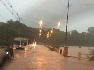 Foto enviada por moradora mostra alagamentos e cheia de rio (Foto: Melissa Cassel/Arquivo pessoal)