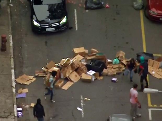 Manifestantes fazem barricada com lixo na região da Avenida Paulista. (Foto: Reprodução)