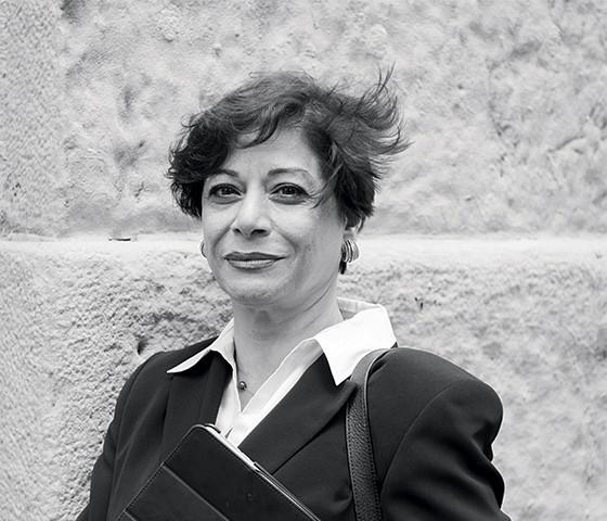 A socióloga iraniana Parinoush Saniee (acima). Ela retratou em livro (no detalhe) a vida e o sentimento das mulheres de seu país (Foto: Divulgação)