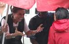 Giovanna chega cheia de animação para gravar mesmo debaixo de chuva (Foto: Carol Caminha/TV Globo)
