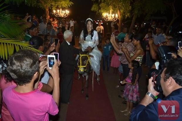 Stefhany Absoluta chegou ao casamento montada em um jumento (Foto: Divulgação/Sergio Alves Portal V1)
