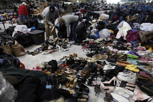 Voluntários separam roupas para vítimas de Sandy nesta segunda-feira (5) em Long Beach, no estado americano de Nova York (Foto: AP)