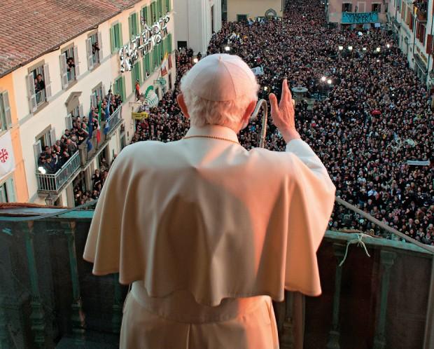 DESPEDIDA Bento XVI faz seu último discurso para fiéis reunidos em frente ao Castel Gandolfo. Ele quer viver  de acordo com o  exemplo de São Bento (Foto: AFP)