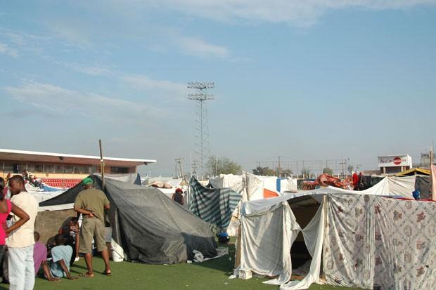 estádio nacional Sylvio Cator, localizado na região central de Porto Príncipe. Logo após o terremoto, o estádio foi transformado em um campo de deslocado e por isso diversas famílias que perderam as suas casas foram levadas para o local  (Foto: Tahiane Stochero/G1)
