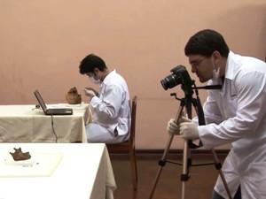Brasileiros viajaram até Lima, no Peru, para trabalhar com crânio da Santa (Foto: Daniel Ludwig / Reprodução )