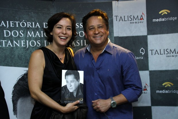 Regiane Alves vai à lançamento de livro de Leonardo (Foto: Graça Paes/Foto Rio News)