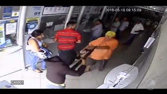 Idoso encara bandidos e escapa de assalto a lotérica na Bahia; veja vídeo