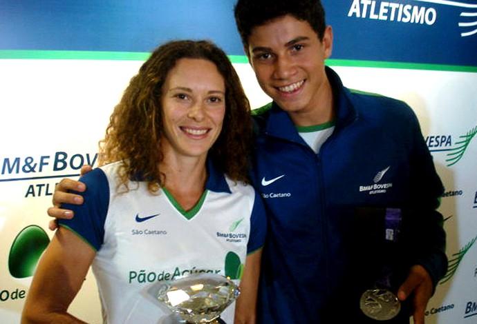 Thiago Braz e Fabiana Murer com prêmios (Foto: João Gabriel Rodrigues / GLOBOESPORTE.COM)