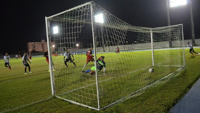 Gol do Santos-AP no final do segundo tempo da partida contra o São Paulo-AP pelo Amazapão (Foto: Rafael Moreira/GE-AP)