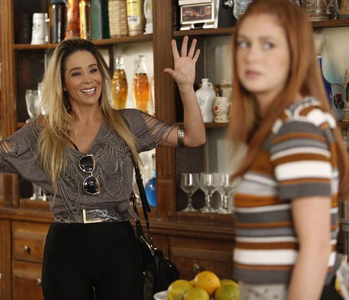 Suely volta para casa e confunde Eliza com as filhas (Foto: Raphael Dias/TV Globo)