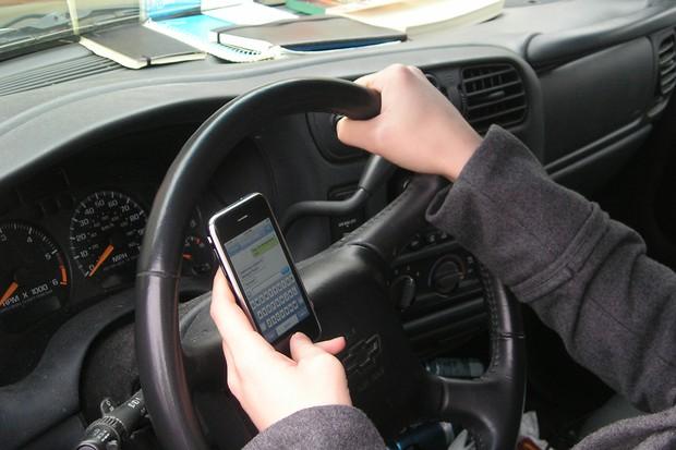 Celular ao volante, perigo constante (Foto: Divulgação)